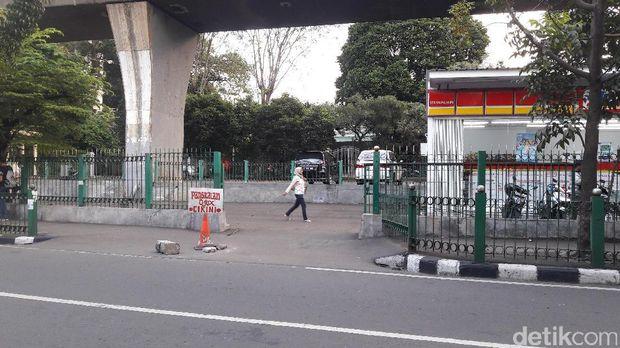 Akses masuk pagar di depan kampus Universitas Bung Karno untuk menuju pintu keluar-masuk Stasiun Cikini