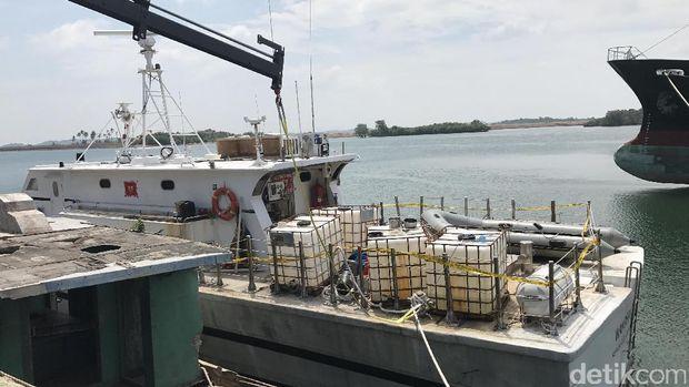 Polisi amankan perahu karet yang diduga dipakai pelaku untuk membawa sabu seberat satu ton ke pinggir Pantai Anyer, Banten