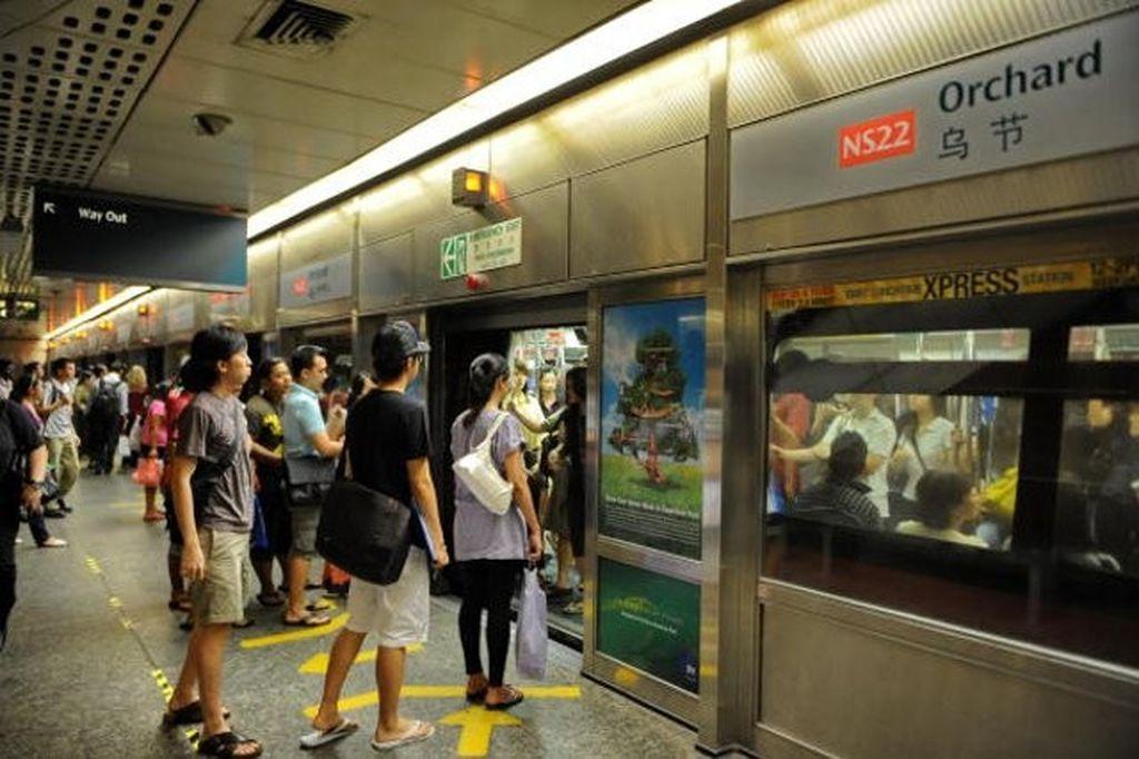 Penumpang menunggu kedatangan kereta di sistem MRT Singapura.Foto: Getty Images