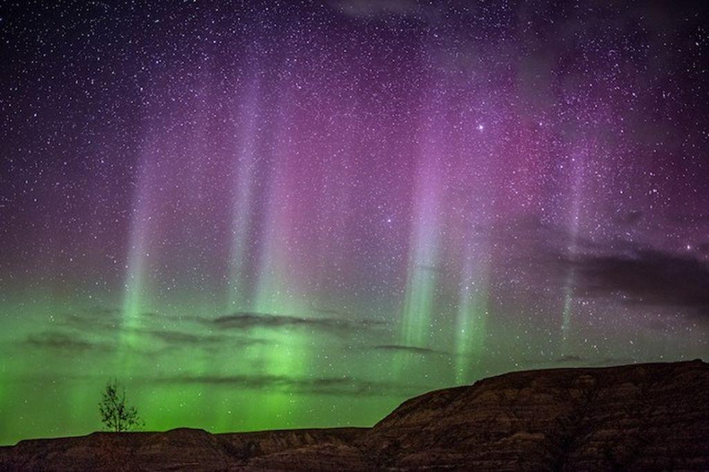 Adalah fotografer Neil Zeller yang berbasis di Calgary, Kanada yang dengan kemampuan memotretnya menghasilkan jepretan cahaya aurora di malam hari. (Foto: Neil Zeller)