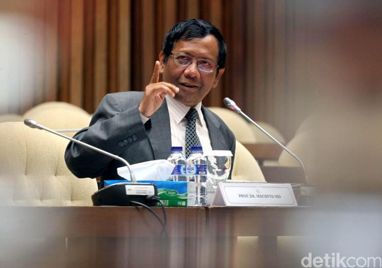 Cuitan Mahfud MD Soal Pengacara - Jakarta Mantan Ketua Mahkamah Konstitusi Mahfud MD menanggapi pernyataan pengacara Setya Fredrich yang akan menuntut KPK ke Pengadilan