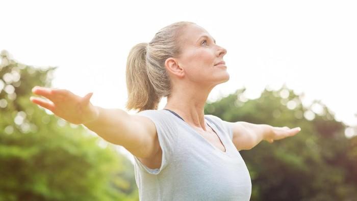 Penurunan fungsi otak wajar terjadi pada orang berusia lanjut. Namun ternyata hal ini bisa dicegah dengan melakukan yoga lho. (Foto: ilustrasi/thinkstock)