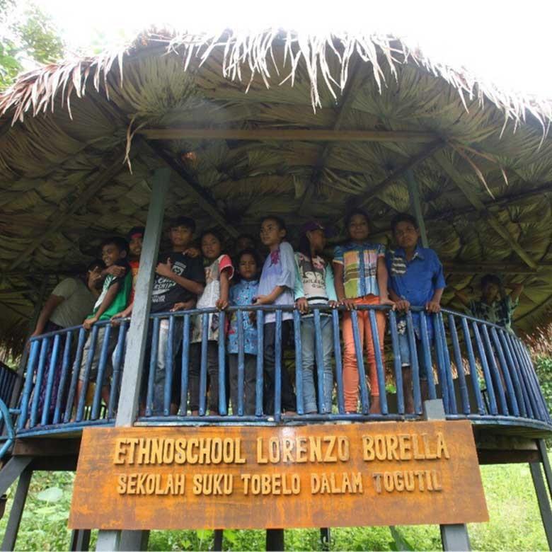 Melihat Proses Belajar Mengajar Anak Tobelo Dalam di Halmahera