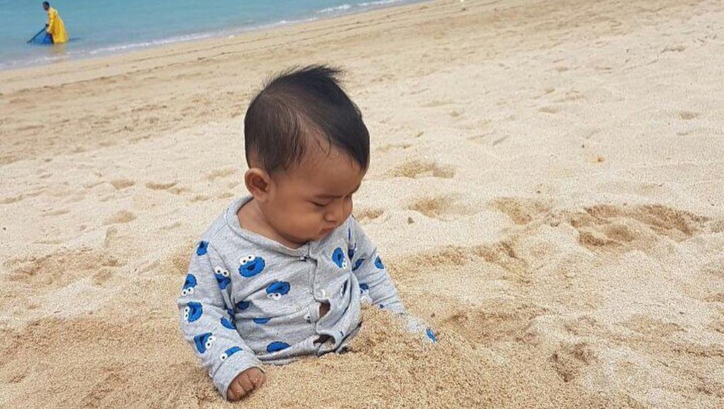 Foto: Gemasnya! Saat Baby B Anak Bunda Meisya Main-main di Pantai