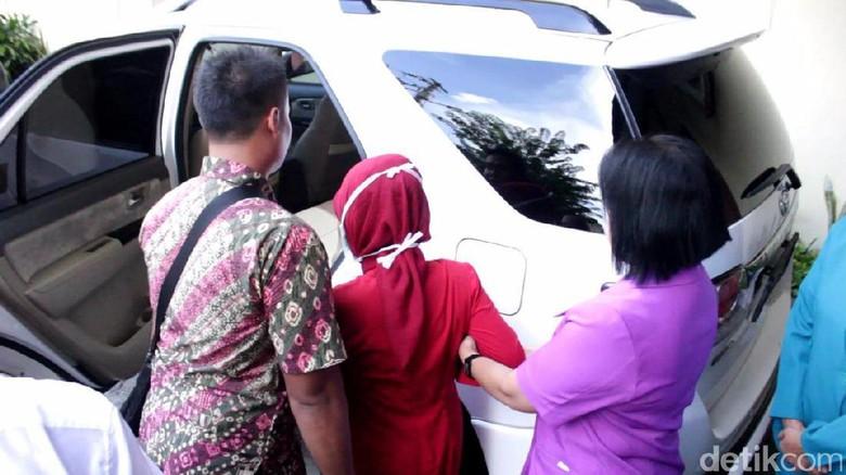 Usai Operasi Sinusitis di Solo, Ibunda Jokowi Langsung ke Jakarta