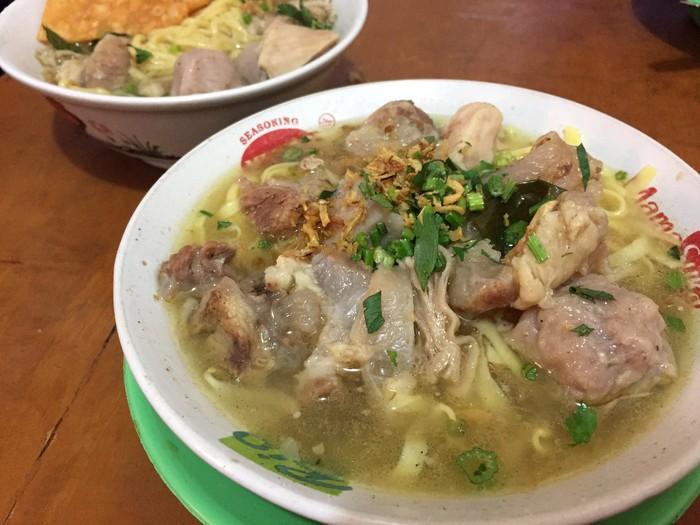 Sedang mie kocok buatan Haji Doyong yang legendaris tak boleh dilewatkan. Taugenya renyah dan daging sapinya empuk gurih.Foto: dok. DetikFood