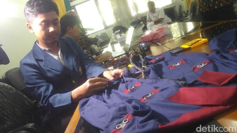 Mahasiswa Undip Ciptakan Jaket untuk Memandu Tunanetra