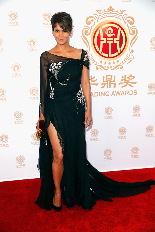 Pose Halle Berry Ini Jadi Bahan Perbincangan
