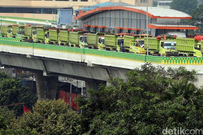 Uji beban jalur TransJakarta Koridor 13 menggunakan 26 truk, Kamis (20/7/2017). Uji beban tersebut mencakup dua jenis, yakni uji beban statis dan dinamis.