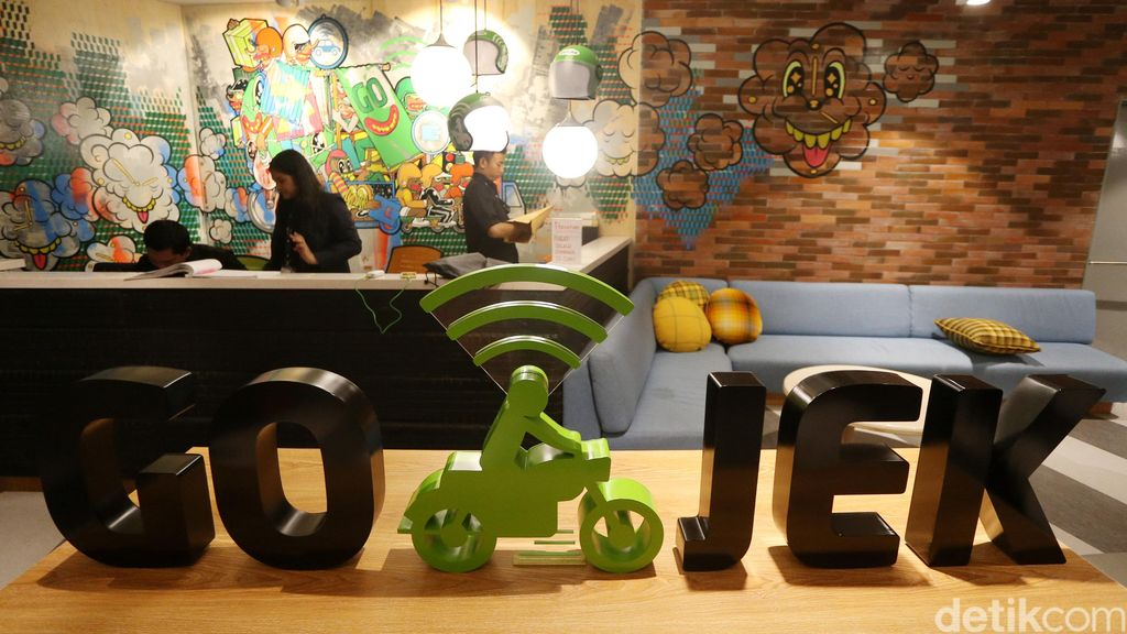 Kantor baru Go-Jekyang berada di kawasan mall Pasaraya Blok M. Ketika sampai di lantai 6, kita akan disambut dengan tulisan Go-jek dan di bagian meja resepsionis yang terdapat mural. (Foto: detikINET/Ari Saputra/ Teks: Josina)