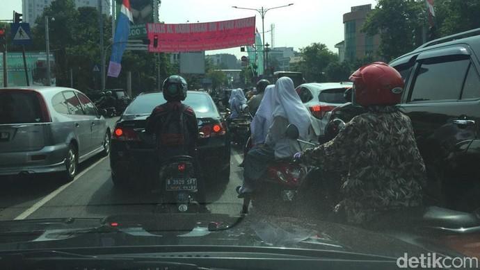 Siswi SMA Boncengan Naik Motor Tidak Pakai Helm