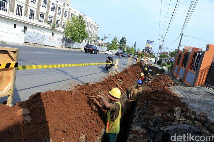 Pekerja melakukan penggalian jalur pendistribusian gas di Jalan Gatot Soebroto, Pahoman, Bandar Lampung.