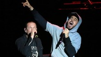 Penggemar Linkin Park Nyanyikan In The End untuk Chester Bennington