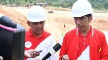 Gaya Jokowi Pakai Jaket The Flash Saat Tinjau Pembangunan Tol