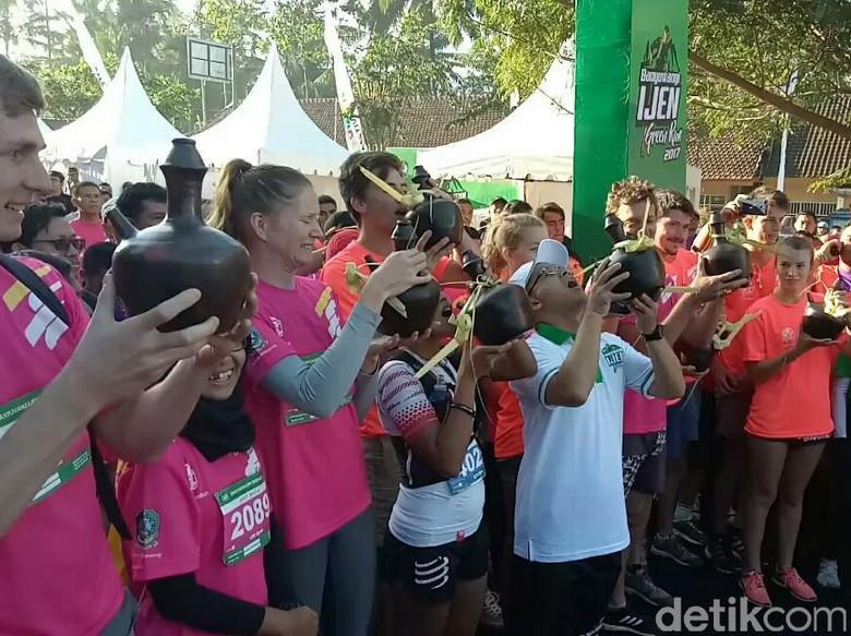 Minum Air Kendi, Pertanda Banyuwangi Ijen Green Run 2017 Digelar