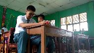 Trik Renard Siasati Sempitnya Meja dan Angkot karena Tinggi Badan