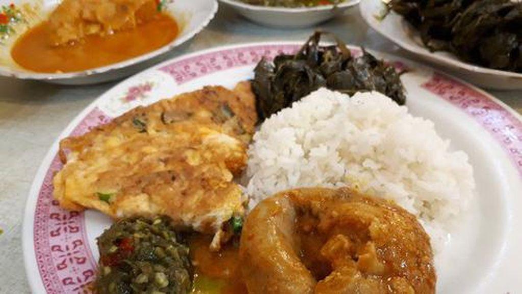 Sederhana Tapi Enak, Telur Dadar Minang Berpadu dengan Nasi Hangat di Sini!