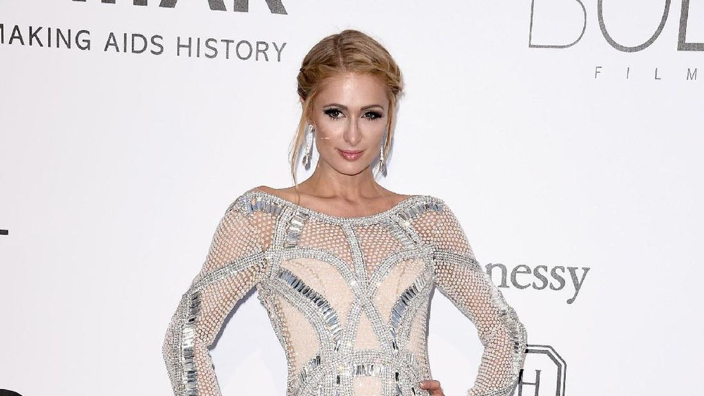 Foto: 15 Gaya Paris Hilton dengan Gaun Seksi