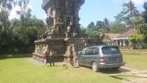 Foto: Heboh Mobil Tabrak Candi Kidal di Malang