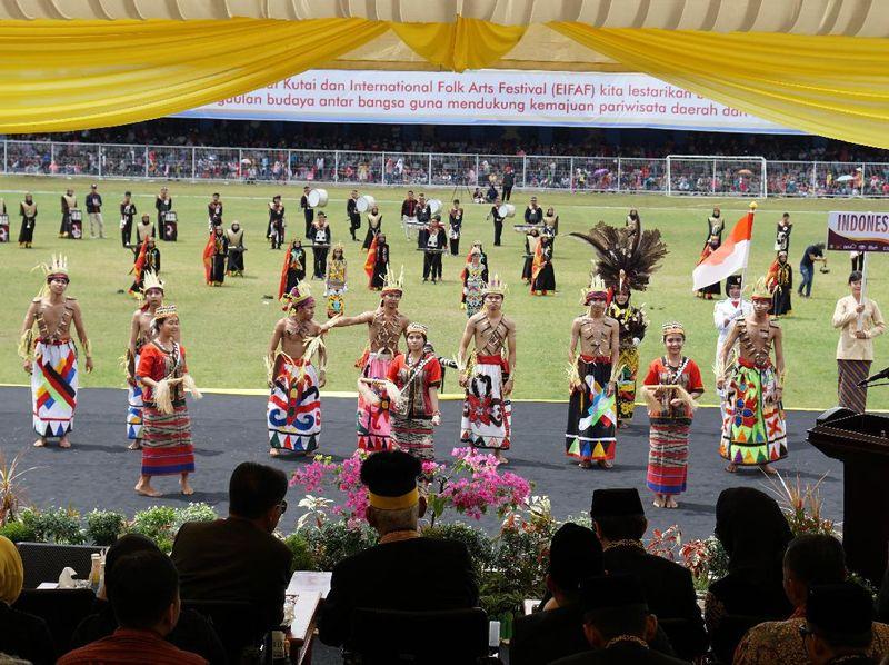 Tari Belian Sentiu yang tampil pada pembukaan Festival Erau 2017, tarian ini dimiliki oleh Dayak Benuaq. Namanya Tari Belian Sentiu (Masaul/detikTravel)
