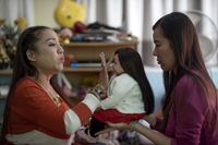 Boneka nantinya akan diminyaki oleh biksu, kemudian akan didoakan (Patpicha Tanakasempipa/Reuters)