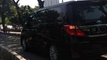 Mobil RI-5 Melintas di Busway Depan Gandaria City