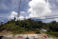 Mendaki Bukit dan Panjat Pohon Demi Sinyal