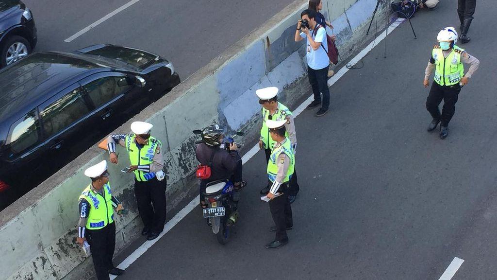 Pemotor yang Nekat Terobos Jalan Layang Non Tol Ndableg