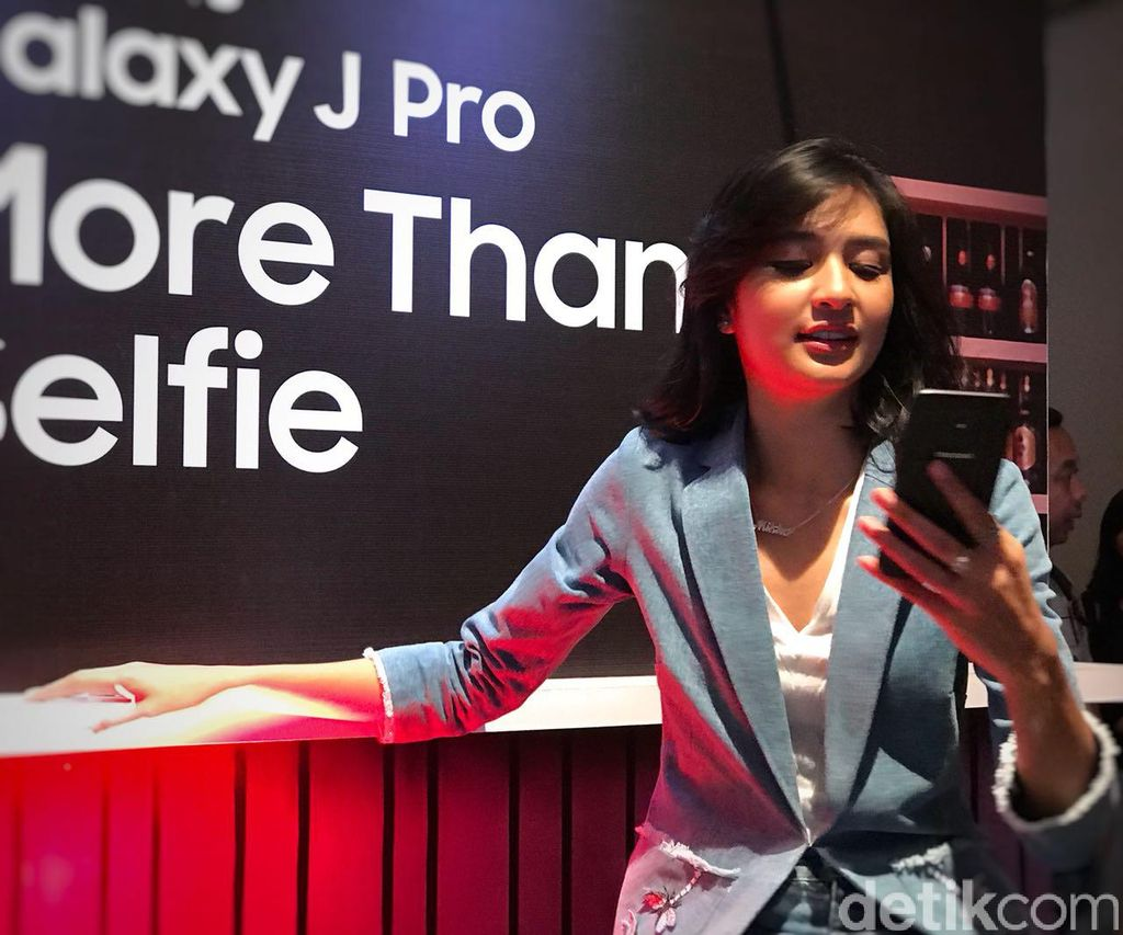 Mikha Tambayong bergaya dengan ponsel seri Galaxy J Pro. (Foto: detikINET/Adi Fida Rahman)