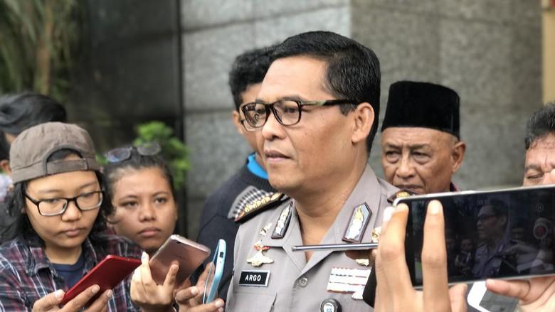 Polisi Cek CCTV Terkait Mobil - Jakarta masih menyelidiki laporan petugas TransJakarta terkait penerobosan busway oleh mobil Jaguar milik artis Dewi Polisi akan mengecek