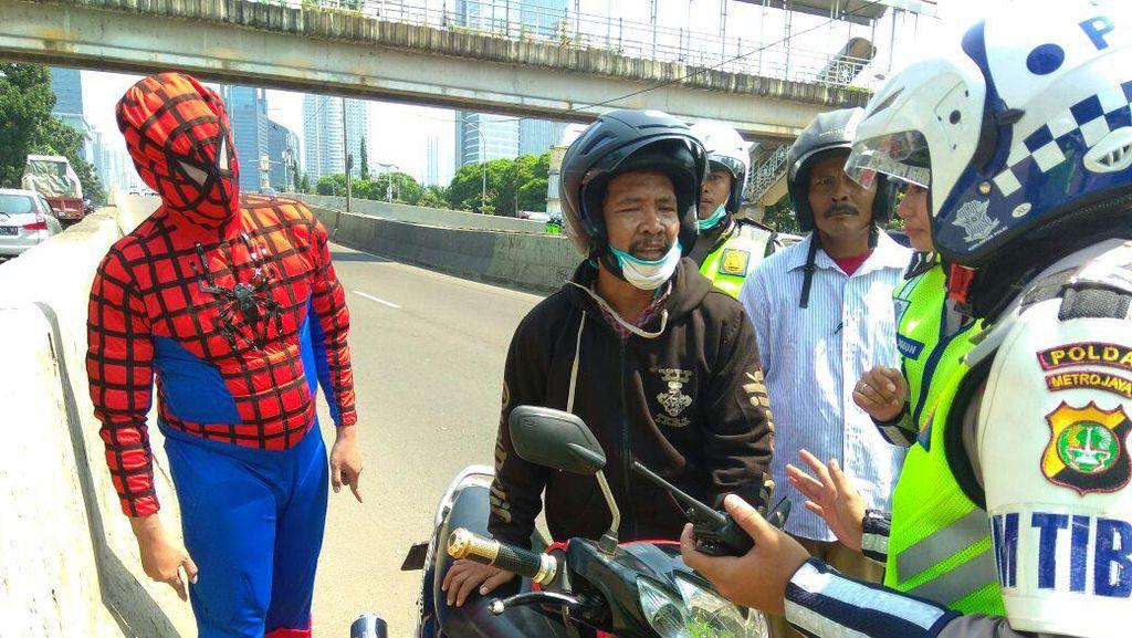 Bikin Kaget! Ada Spider-Man Saat Polisi Tilang Pemotor di JLNT