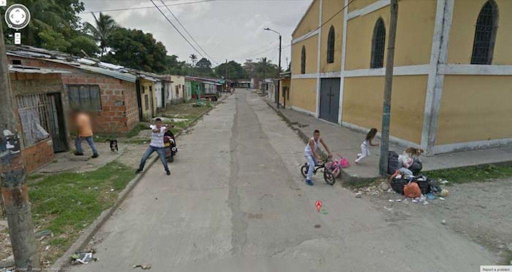 Mobil Google memang berkeliling kemana-mana mengabadikan gambar jalanan dari dekat. Ini di Kolombia di mana sepertinya ada geng yang mengacungkan senjata. Foto: Mirror