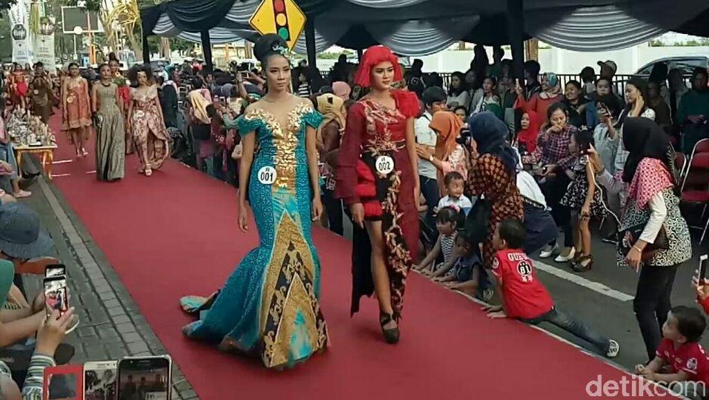 Banyuwangi Batik On Pedestrian Manfaatkan Trotoar Sebagai Catwalk