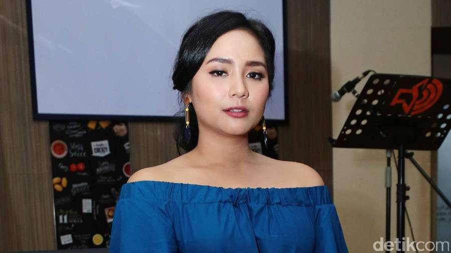 Manisnya Gita Gutawa dengan Blue Dress