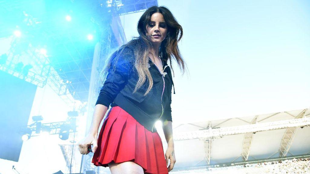 Lana Del Rey Diterkam Penggemar saat Tinggalkan Panggung Konser