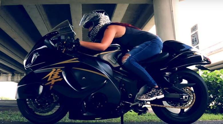 Wanita Cantik Ini Anti Pelan Saat Mengendarai Suzuki Hayabusa