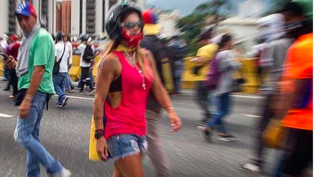 Cantik dan Berotot, Demonstran Venezuela Ini Jadi Buah Bibir
