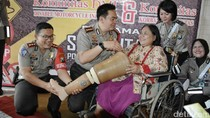 Kapolrestabes Surabaya Beri Bantuan Kaki Palsu ke Korban Kecelakaan