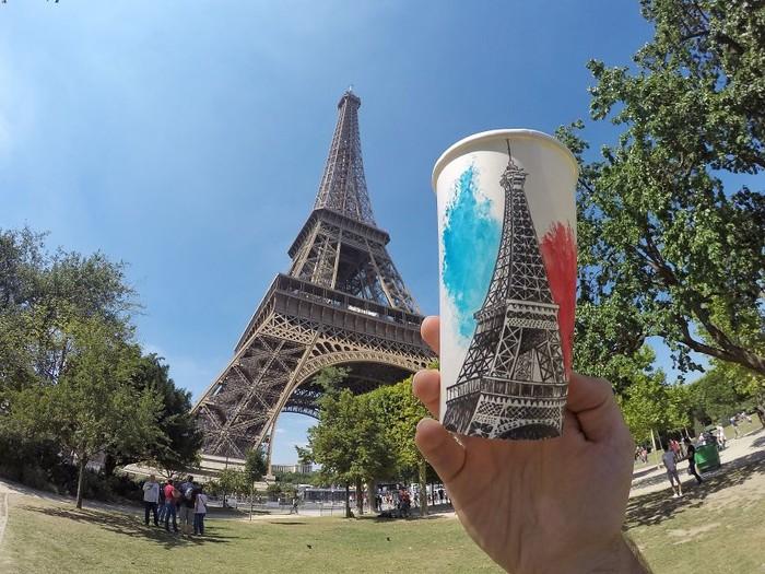 Berk Armagan bukan hanya seniman muda berbakat. Ia juga traveler keren. Ketika sampai di Paris, ia menggambar Menara Eiffel yang ikonik. (Foto: Berk Armagan)