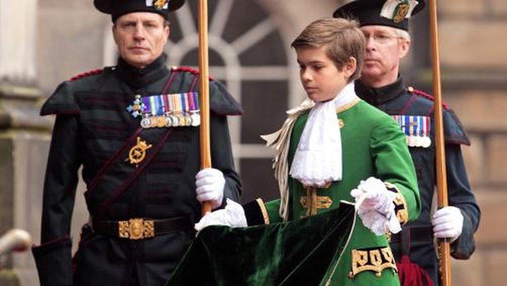 Dipuja Netizen, Putra Kerajaan Inggris Ini Lebih Hot dari Pangeran William