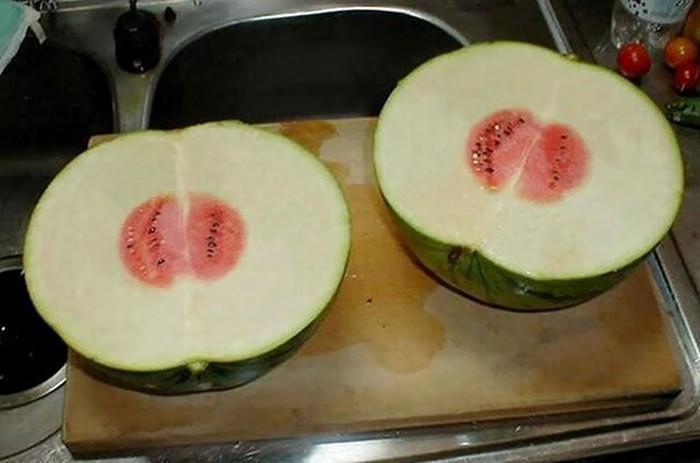 Bentuk semangkanya sih besar, akan tetapi saat dibukaternyata isi daging semangkanya hanya sedikit. Kok bisa yah, kulit semangkanya bisa setebal ini? (Foto: Bored Panda)