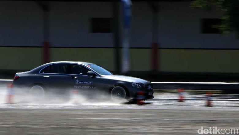 Tes Performa Ban Khusus Mobil Sport di Sirkuit Sentul