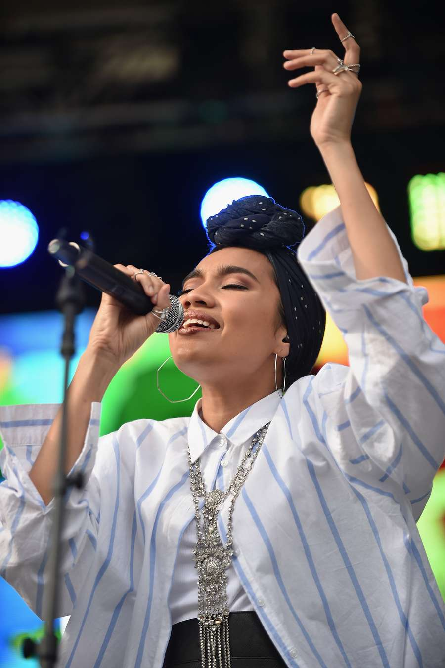 Yuna Zarai, Penyanyi Bertalenta yang Tak Mau Dikenal karena Hijabnya