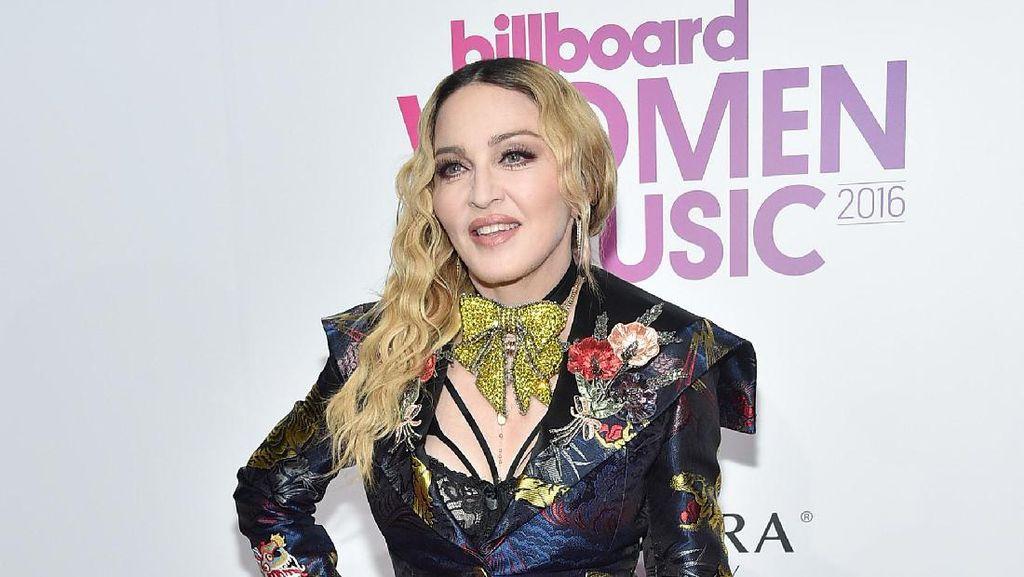 Cara Aneh Madonna Rawat Kulit: Gosok Wajah Pakai Garpu