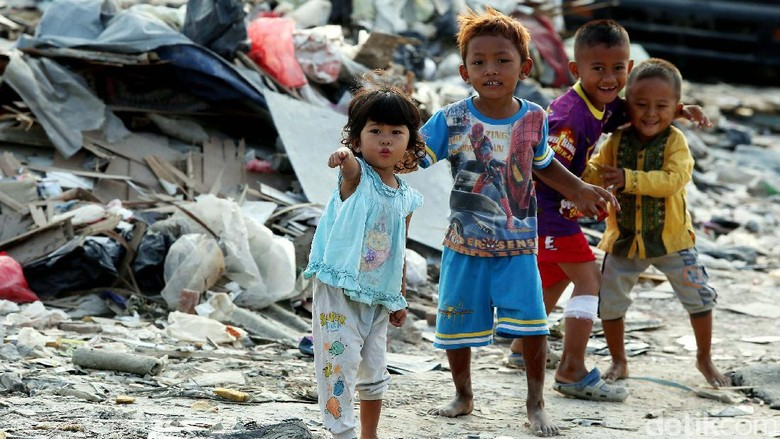 Kehidupan Anak-anak di Balik Tumpukan Sampah di Taman BMW