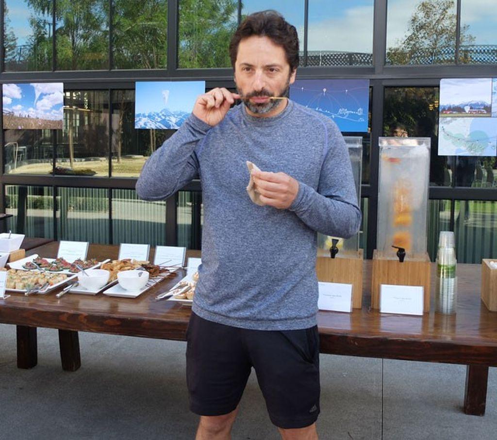 Sergey Brin, pendiri Google, malah cuek saja menghadiri acara resmi dengan busana kaus lengan panjang dan celana pendeksaat meluncurkan Google Loon Project.(foto: Ardhi Suryadhi/detikINET)