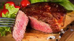 Doyan Makan Steak? Waspadai Risiko Kanker Usus