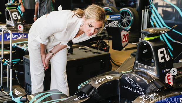 Kate melihat mobil Formula E Jaguar