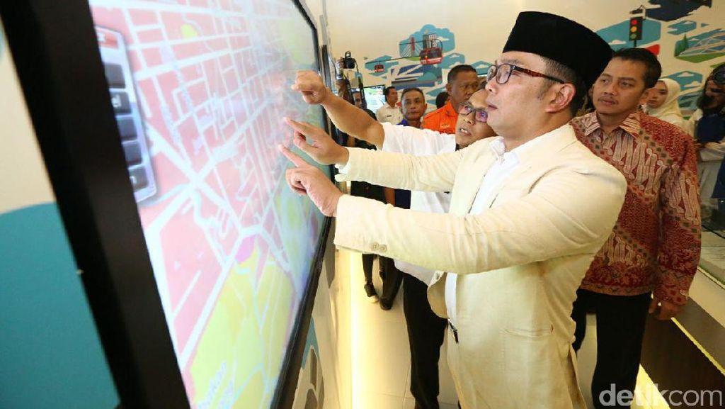 Ridwan Kamil Ajak Anak Muda Bandung Investasi Prangko