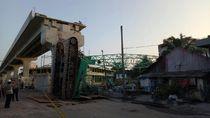 Foto: Crane dan Landasan LRT yang Timpa Rumah di Palembang